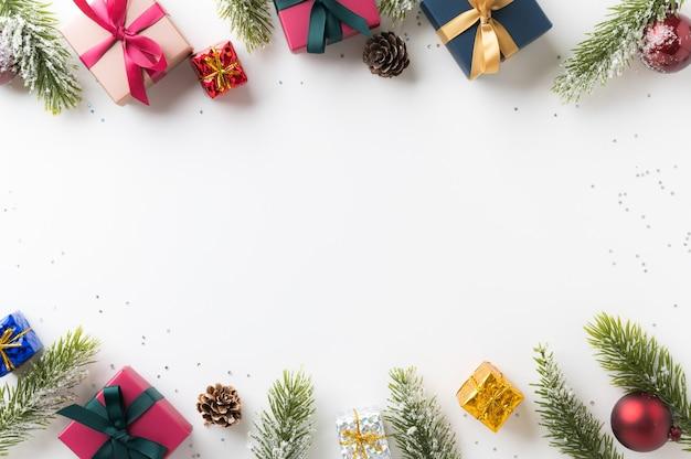 Vista dall'alto dell'inquadratura del modello di decorazione natalizia che organizza in stile minimal