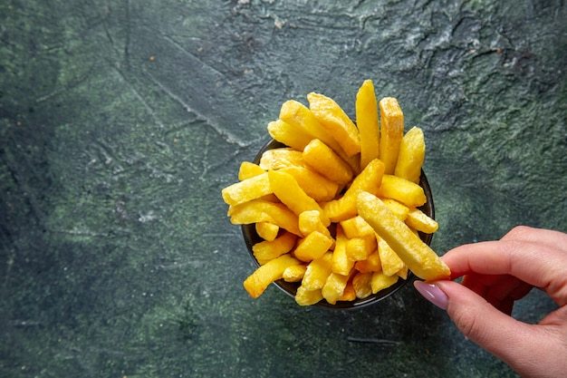 Vista dall'alto patatine fritte sulla superficie scura