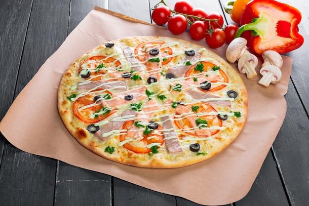 Vista dall'alto di pizza al forno fresca