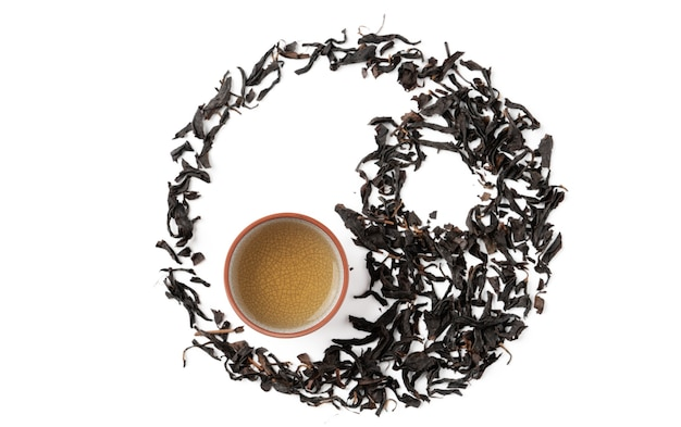 Vista dall'alto di tè nero fresco e foglie a taiwan, layout del concetto di design della cultura asiatica.