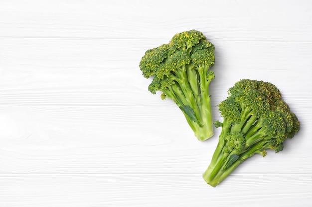 Vista dall'alto su broccoli freschi sul tavolo