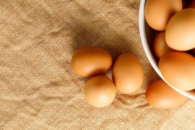 Vista dall'alto uova di gallina fresche e sfocatura uova di gallina fresche in bianco