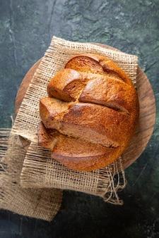 Pane delizioso fresco di vista superiore sulla scrivania scura