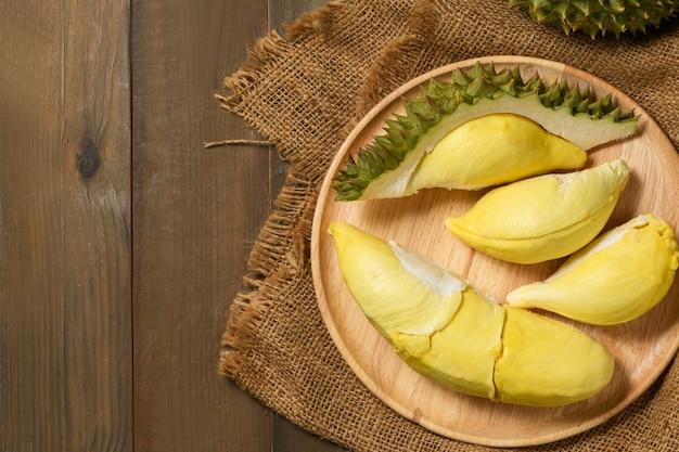 Vista dall'alto di durian fresco (monthong) sul piatto di legno