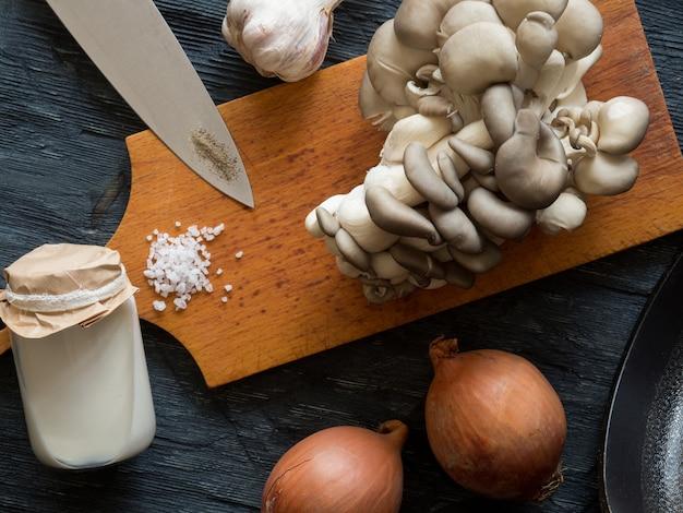 Vista dall'alto di funghi ostrica freschi con crema di spezie erbe e verdure