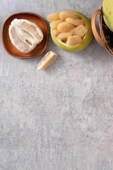Vista dall'alto di pomelo fresco su sfondo grigio tavolo in cemento per frutta mid-autumn festival.