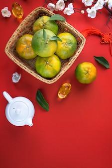 Limoni Sparsi Con Calce Su Un Tavolo Di Legno Disteso Foto Gratis