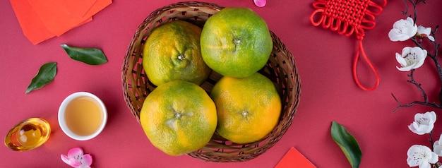 Vista dall'alto di mandarino mandarino maturo fresco con foglie fresche.