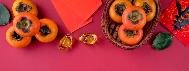Vista dall'alto di kaki cachi dolce fresco con foglie. capodanno lunare cinese.