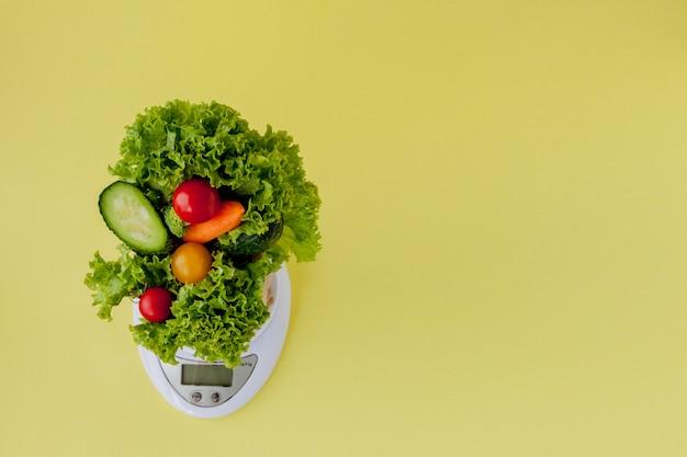 Vista superiore degli ortaggi freschi sulle scale vegan e sul concetto sano