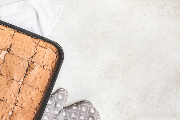 Vista dall'alto della torta brownie appena sfornata fatta in casa