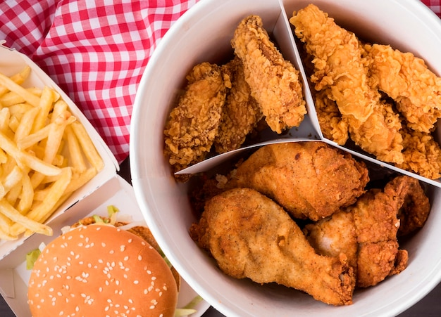 Vista dall'alto secchio di pollo fritto con hamburger e patatine fritte