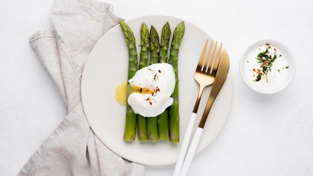 Vista dall'alto uovo fritto con asparagi