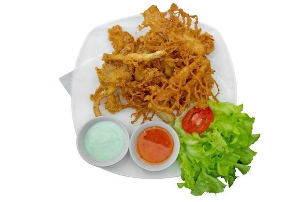 Vista dall'alto di funghi fata fritti con peperoncino dolce e salsa wasabi