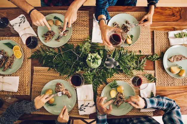Vista superiore degli amici che hanno una cena