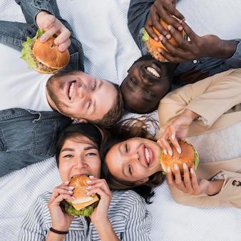 Amici di vista dall'alto che tengono hamburger