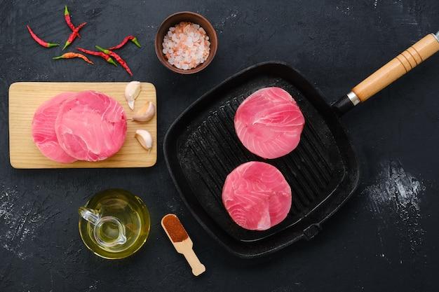 Vista dall'alto della cotoletta di tonno rotonda congelata per hamburger o frittura