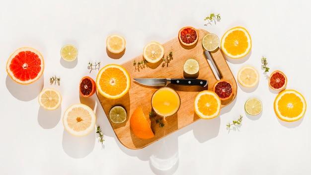 Frutti di vista superiore su fondo bianco