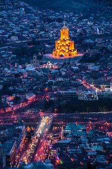 Vista dall'alto della capitale georgiana tbilisi di notte.
