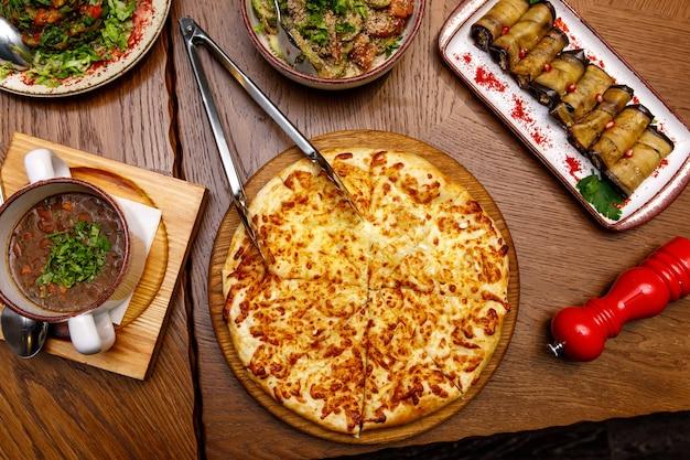 Vista dall'alto del cibo georgiano sul tavolo