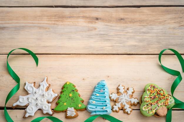 Vista dall'alto di biscotti di panpepato e bastoncini di zucchero su un tavolo di legno