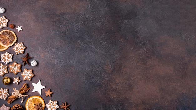Vista dall'alto di biscotti di panpepato e agrumi secchi per natale con spazio di copia