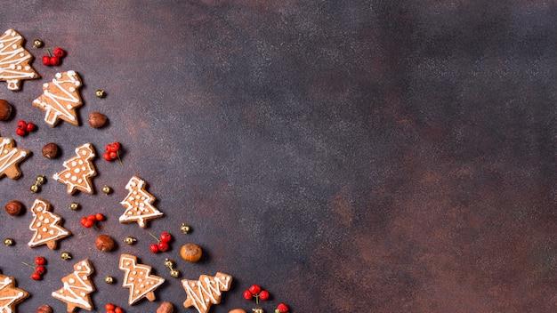 Vista dall'alto di biscotti di panpepato con copia spazio e bacche rosse