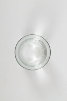 Vista dall'alto di un bicchiere d'acqua