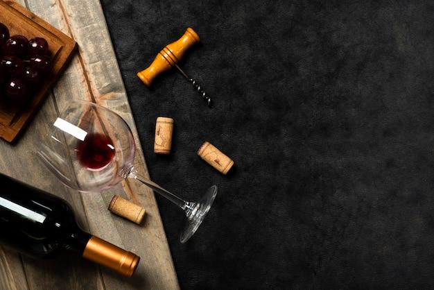 Vista dall'alto bicchiere di vino con sfondo di ardesia Foto Premium