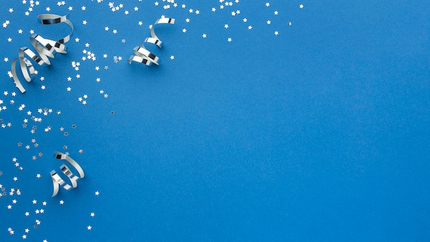 Vista dall'alto di nastri di carnevale scintillanti con spazio di copia