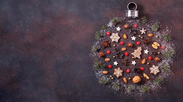 Vista dall'alto della forma del globo per natale con biscotti di panpepato e copia spazio