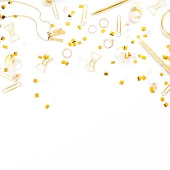 Vista dall'alto sugli accessori femminili in stile oro