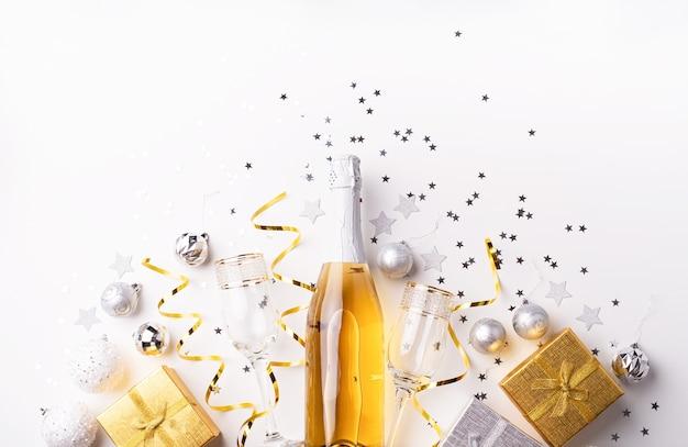 Vista dall'alto di decorazioni dorate per feste di natale e capodanno con scatole regalo