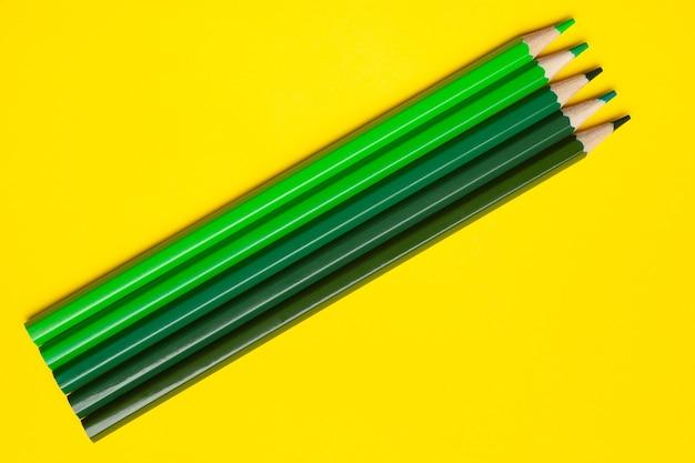 Vista dall'alto matite di legno taglienti verdi