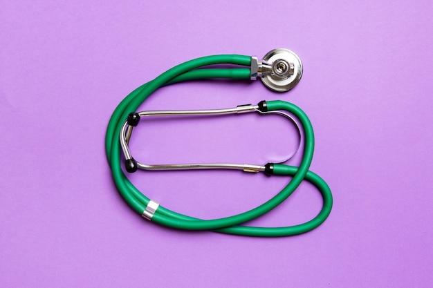 Vista dall'alto dello stetoscopio verde sulla superficie colorata