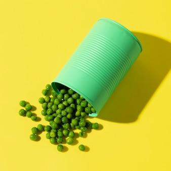 Barattolo di latta verde vista dall'alto con i piselli