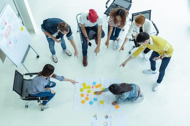 Vista dall'alto gruppo di uomini d'affari asiatici e diversità con un brainstorming di abiti casual