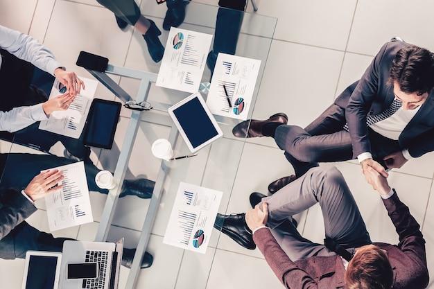 Vista dall'alto. gruppo di uomini d'affari che lavorano in ufficio