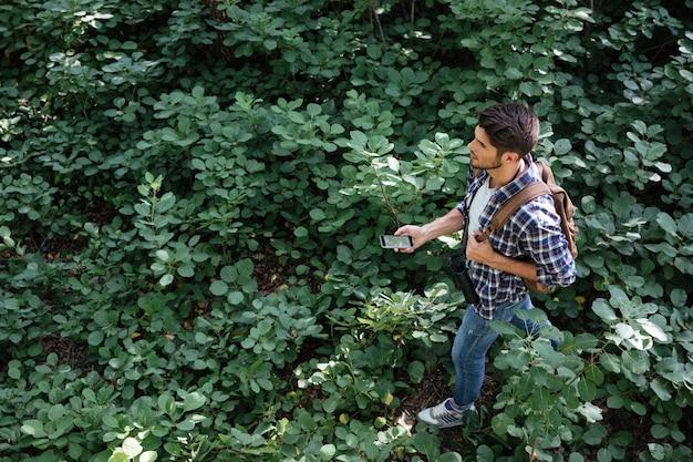 Vista dall'alto del ragazzo nella foresta