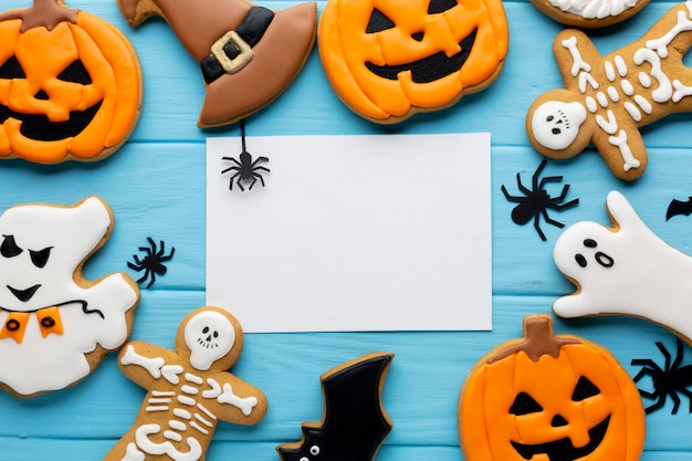 Vista dall'alto di biscotti di halloween con mock-up Foto Premium