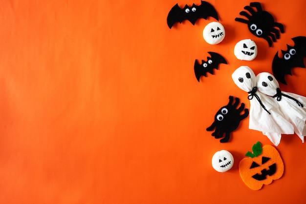 Vista superiore dei mestieri di halloween su priorità bassa arancione con lo spazio della copia per testo.