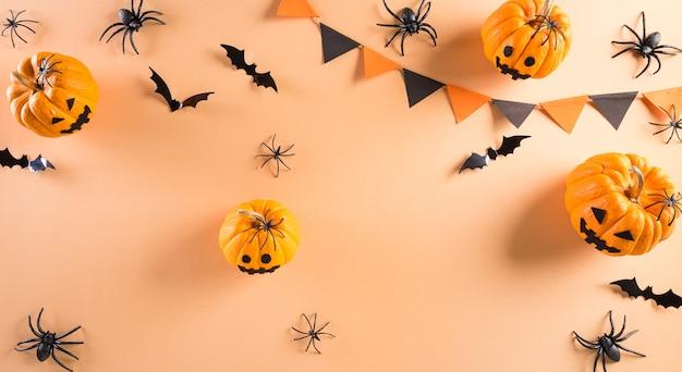 Vista dall'alto di halloween artigianato zucca fantasma pipistrello e ragno nero su sfondo pastello