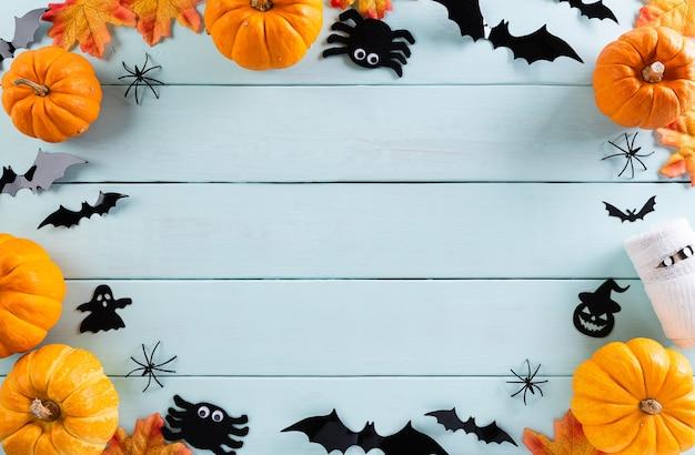 Vista dall'alto di artigianato di halloween, zucca arancione, fantasma, pipistrello e ragno