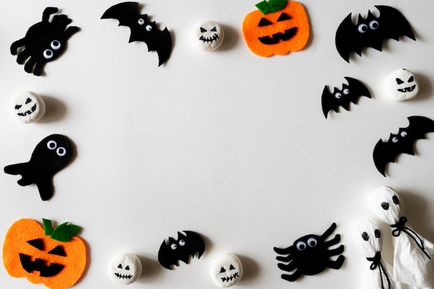 Vista superiore dei mestieri di halloween su priorità bassa bianca con lo spazio della copia per testo.