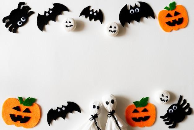Vista superiore dei mestieri di halloween su priorità bassa bianca con lo spazio della copia per testo