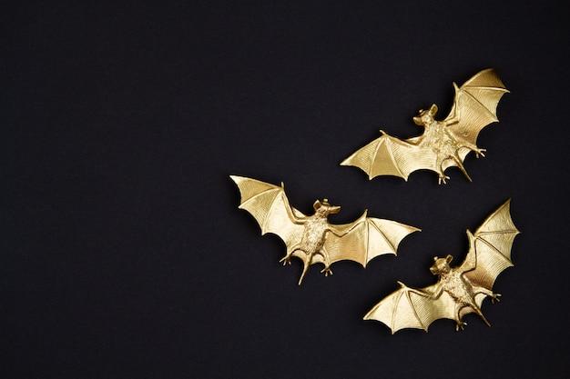 Vista dall'alto della decorazione di halloween con pipistrelli di plastica. festa, invito, decorazione di halloween