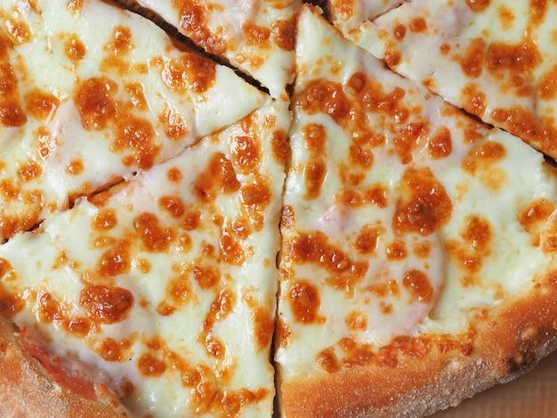 Vista dall'alto di una pizza prosciutto e formaggio. piatto delizioso e nutriente dall'italia