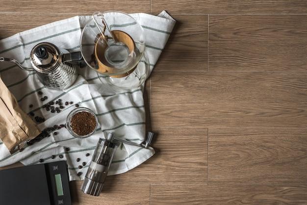 Vista dall'alto di mano drip coffee tool su fondo in legno