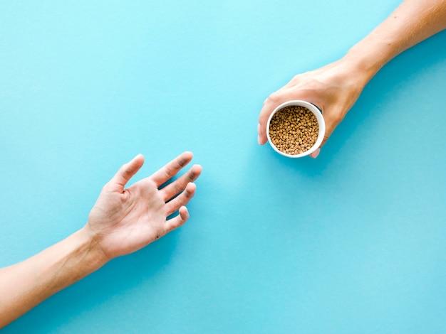Vista dall'alto di mani che scambiano cibo