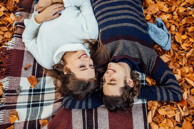 Vista dall'alto di una coppia felice innamorata sdraiata insieme sulla coperta